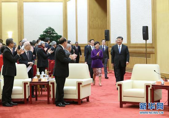 2018年11月12日,国家主席习近平在北京人民大会堂会见香港澳门各界庆祝国家改革开放40周年访问团。新华社记者 王晔 摄